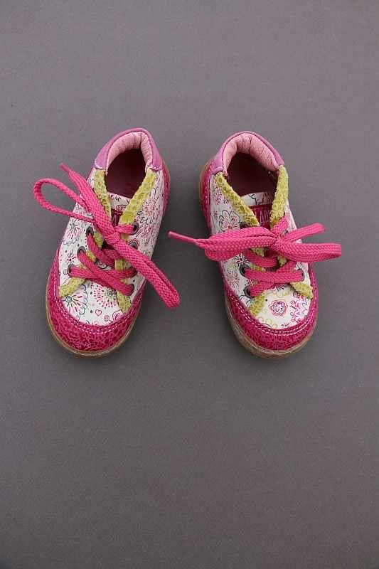 Chaussures en cuir rose framboise à fleurs à lacet bébé